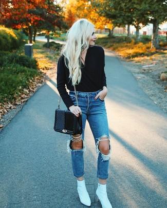 Wie kombinieren: schwarzer Pullover mit einem V-Ausschnitt, blaue Boyfriend Jeans mit Destroyed-Effekten, weiße Leder Stiefeletten, schwarze gesteppte Satchel-Tasche aus Leder
