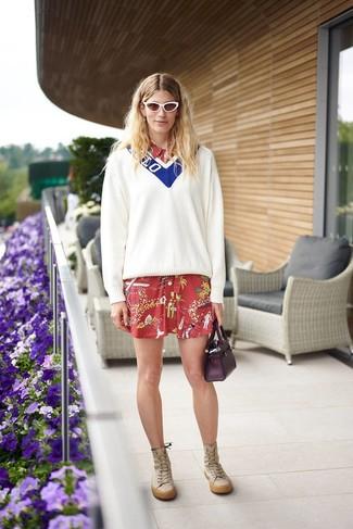 Wie kombinieren: weißer und blauer Pullover mit einem V-Ausschnitt, rotes bedrucktes Shirtkleid, beige kniehohe Stiefel aus Leder, dunkellila Lederhandtasche
