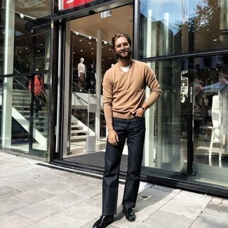Dunkelbraune Lederuhr kombinieren – 500+ Herren Outfits: Ein beige Pullover mit einem V-Ausschnitt und eine dunkelbraune Lederuhr vermitteln eine sorglose und entspannte Atmosphäre. Entscheiden Sie sich für schwarzen Leder Slipper, um Ihr Modebewusstsein zu zeigen.