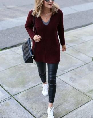 Wie kombinieren: dunkelroter Pullover mit einem V-Ausschnitt, graues T-Shirt mit einem V-Ausschnitt, schwarze Leder enge Jeans, weiße Leder niedrige Sneakers
