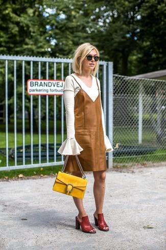 Wie kombinieren: weißer Pullover mit einem V-Ausschnitt, beige Camisole-Kleid aus Leder, dunkelrote Leder Pantoletten, gelbe Satchel-Tasche aus Wildleder