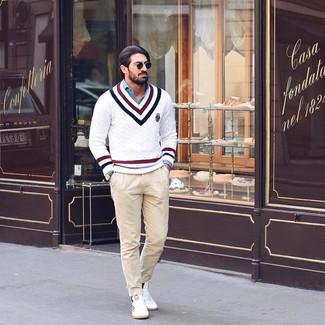 Wie kombinieren: weißer Pullover mit einem V-Ausschnitt mit Chevron-Muster, blaues Chambray Langarmhemd, hellbeige Chinohose, weiße niedrige Sneakers