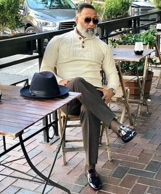 Dunkelbraune Anzughose kombinieren: trends 2020: Kombinieren Sie einen hellbeige Pullover mit einem zugeknöpften Kragen mit einer dunkelbraunen Anzughose, um vor Klasse und Perfektion zu strotzen. Machen Sie diese Aufmachung leger mit schwarzen Leder Slippern.
