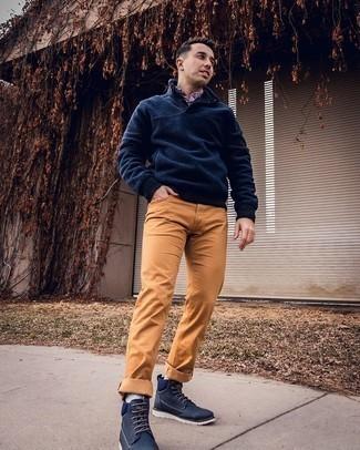 Hellblaue Socken kombinieren – 137 Herren Outfits: Halten Sie Ihr Outfit locker mit einem dunkelblauen Fleece-Pullover mit einem zugeknöpften Kragen und hellblauen Socken. Komplettieren Sie Ihr Outfit mit einer dunkelblauen Segeltuchfreizeitstiefeln, um Ihr Modebewusstsein zu zeigen.