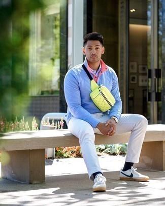 Goldene Uhr kombinieren – 998+ Herren Outfits: Ein hellblauer Pullover mit einem zugeknöpften Kragen und eine goldene Uhr sind eine kluge Outfit-Formel für Ihre Sammlung. Fühlen Sie sich mutig? Ergänzen Sie Ihr Outfit mit weißen und dunkelblauen Segeltuch niedrigen Sneakers.