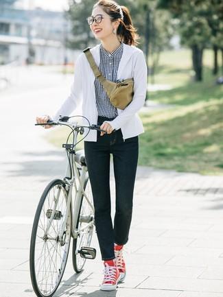 Wie kombinieren: weißer Pullover mit einer Kapuze, schwarzes und weißes Businesshemd mit Vichy-Muster, dunkelblaue enge Jeans, rote hohe Sneakers aus Segeltuch