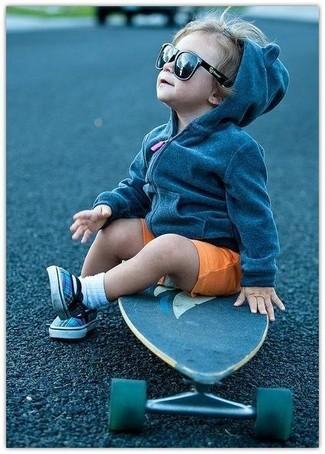 Wie kombinieren: dunkelgrauer Pullover mit einer Kapuze, orange Shorts, blaue Turnschuhe, weiße Socke