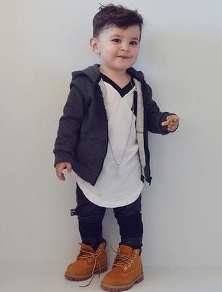 Wie kombinieren: dunkelgrauer Pullover mit einer Kapuze, weißes T-shirt, schwarze Jogginghose, beige Stiefel