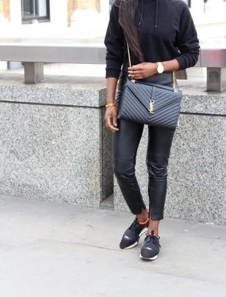 Wie kombinieren: schwarzer Pullover mit einer Kapuze, schwarze enge Hose aus Leder, schwarze Sportschuhe, schwarze gesteppte Leder Umhängetasche
