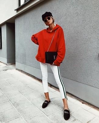 Weiße enge Jeans kombinieren – 8 Herbst Damen Outfits: Kombinieren Sie einen roten Pullover mit einer Kapuze mit weißen engen Jeans, um einen legeren Look zu erzeugen. Fühlen Sie sich mutig? Komplettieren Sie Ihr Outfit mit schwarzen Wildleder Slippern. Dieser Look eignet sich super für die Übergangszeit.