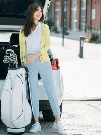 Weiße Leder niedrige Sneakers kombinieren – 412 Damen Outfits: Probieren Sie diese Paarung aus einem gelben Pullover mit einer Kapuze und einer hellblauen Karottenhose für ein wunderbares Wochenend-Outfit. Weiße Leder niedrige Sneakers sind eine kluge Wahl, um dieses Outfit zu vervollständigen.