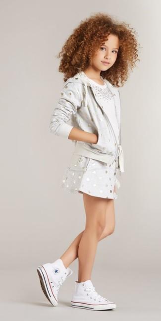 Wie kombinieren: grauer gepunkteter Pullover mit einer Kapuze, weißes verziertes T-shirt, grauer gepunkteter Rock, weiße Turnschuhe