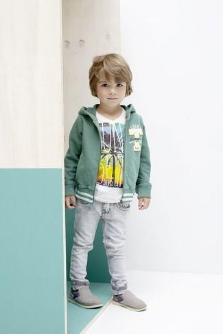 Wie kombinieren: grüner Pullover mit einer Kapuze, weißes T-shirt, graue Jeans, graue Turnschuhe