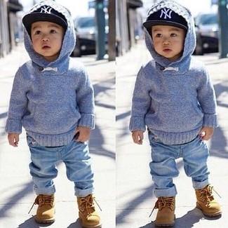 Wie kombinieren: hellblauer Pullover mit einer Kapuze, hellblaue Jeans, beige Stiefel, schwarze Baseballkappe