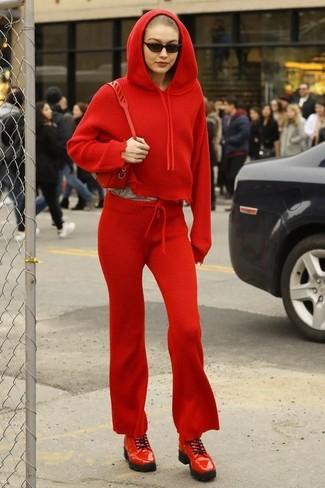 Rote Leder Umhängetasche kombinieren – 300 Damen Outfits: Vereinigen Sie einen roten Pullover mit einer Kapuze mit einer roten Leder Umhängetasche - mehr brauchen Sie nicht, um ein perfektes entspanntes City-Outfit zu erhalten. Rote Leder Derby Schuhe sind eine großartige Wahl, um dieses Outfit zu vervollständigen.