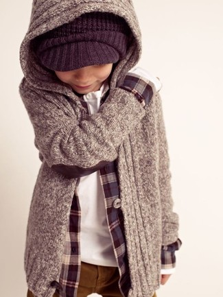 Wie kombinieren: grauer Pullover mit einer Kapuze, dunkelblaues Langarmhemd, weißes Langarmhemd, rotbraune Hose