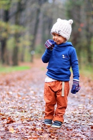 Wie kombinieren: blauer Pullover mit einer Kapuze, weißes Langarmshirt, orange Jogginghose, dunkelblaue Leder Turnschuhe