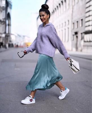 Wie kombinieren: hellvioletter Strick Pullover mit einer Kapuze, mintgrünes Seide Maxikleid, weiße bedruckte Leder niedrige Sneakers, weiße Lederhandtasche
