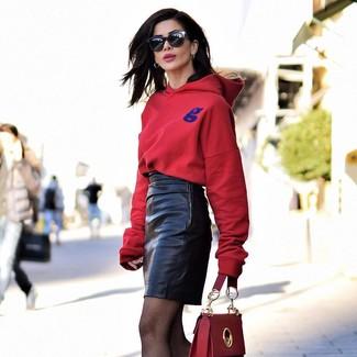 Silberne Ohrringe kombinieren: trends 2020: Paaren Sie einen roten Pullover mit einer Kapuze mit silbernen Ohrringen für den Stil, der ideal fürs Wochenende geeignet ist.
