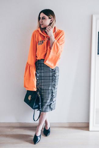 Wie kombinieren: orange bedruckter Pullover mit einer Kapuze, grauer Bleistiftrock mit Schottenmuster, schwarze Leder Pumps, schwarze Leder Umhängetasche