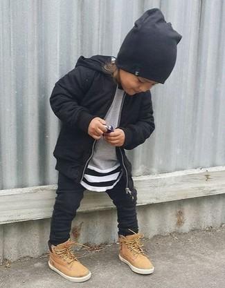 Wie kombinieren: schwarzer Pullover mit einer Kapuze, grauer Pullover, schwarze Jogginghose, beige Stiefel
