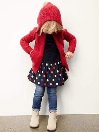 Wie kombinieren: roter Strick Pullover mit einer Kapuze, schwarzes gepunktetes Kleid, dunkelblaue Jeans, hellbeige Stiefel