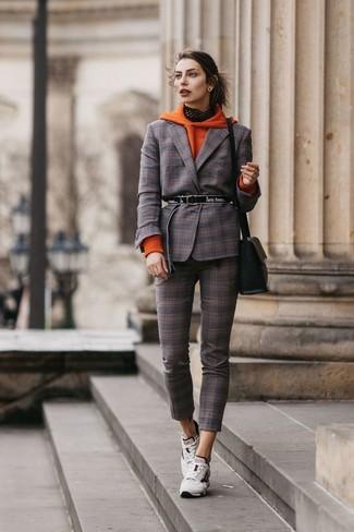Wie kombinieren: orange Pullover mit einer Kapuze, dunkelbraunes Sakko mit Schottenmuster, dunkelbraune enge Hose mit Schottenmuster, weiße Sportschuhe