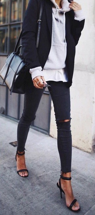 Wie kombinieren: grauer Pullover mit einer Kapuze, schwarzes vertikal gestreiftes Sakko, weißes T-Shirt mit einem Rundhalsausschnitt, schwarze enge Jeans mit Destroyed-Effekten