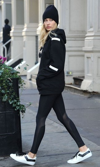 Pullover mit einer kapuze schwarzer leggings schwarze niedrige sneakers weisse und schwarze large 24036