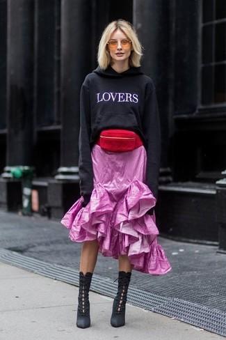 Wie kombinieren: schwarzer und weißer bedruckter Pullover mit einer Kapuze, rosa Midirock mit Rüschen, schwarze Schnürstiefeletten aus Wildleder, rote Wildleder Bauchtasche