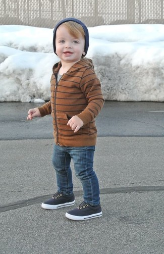 Wie kombinieren: brauner Pullover mit einer Kapuze, graues T-shirt, dunkelblaue Jeans, dunkelblaue Turnschuhe