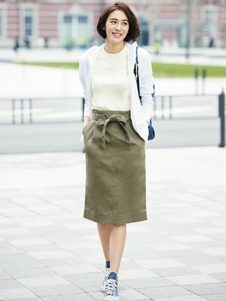 weißer Pullover mit einer Kapuze, weißes T-Shirt mit einem Rundhalsausschnitt, olivgrüner Bleistiftrock, dunkelblaue hohe Sneakers aus Segeltuch für Damen