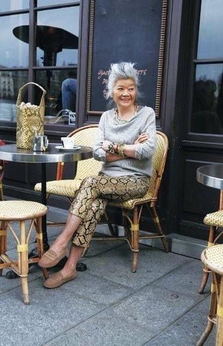 grauer Pullover mit einer weiten Rollkragen, braune enge Hose aus Leder mit Schlangenmuster, braune Leder Mokassins, gelbe Leder Beuteltasche mit Schlangenmuster für Damen
