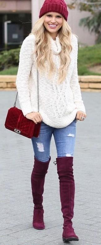 Wie kombinieren: weißer Pullover mit einer weiten Rollkragen, blaue enge Jeans mit Destroyed-Effekten, rote Overknee Stiefel aus Wildleder, rote Wildleder Umhängetasche