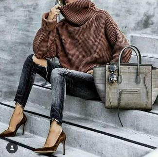 Wie kombinieren: brauner Pullover mit einer weiten Rollkragen, dunkelgraue enge Jeans mit Destroyed-Effekten, dunkelbraune Wildleder Pumps, graue Shopper Tasche aus Leder mit Schlangenmuster