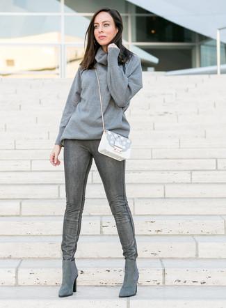 Grauen Pullover mit einer weiten Rollkragen kombinieren: trends 2020: Wir finden mit dieser Kombination aus einem grauen Pullover mit einer weiten Rollkragen und dunkelgrauen engen Jeans ist den ultimativen alltagstauglichen Look gefunden. Komplettieren Sie Ihr Outfit mit grauen Chelsea Boots aus Wildleder.