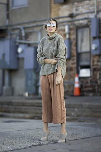 Dunkelgrauen Pullover mit einer weiten Rollkragen kombinieren – 36 Damen Outfits: Diese Kombi aus einem dunkelgrauen Pullover mit einer weiten Rollkragen und einem beige Hosenrock sieht fantastisch aus. Wählen Sie grauen Wildleder Pantoletten, um Ihr Modebewusstsein zu zeigen.