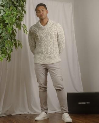 Graue Jeans kombinieren – 1200+ Herren Outfits: Paaren Sie einen grauen Pullover mit einer weiten Rollkragen mit grauen Jeans, um mühelos alles zu meistern, was auch immer der Tag bringen mag. Dieses Outfit passt hervorragend zusammen mit weißen Leder niedrigen Sneakers.