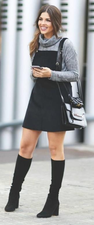 20 Jährige: Dunkelgrauen Pullover mit einer weiten Rollkragen kombinieren – 4 Damen Outfits: Wer mit Alltags-Mode perfekt gekleidet sein will, setzt oft auf schöne Looks, wie zum Beispiel die Kombination aus einem dunkelgrauen Pullover mit einer weiten Rollkragen und einem schwarzen Jeans Kleiderrock. Schwarze kniehohe Stiefel aus Wildleder bringen klassische Ästhetik zum Ensemble.