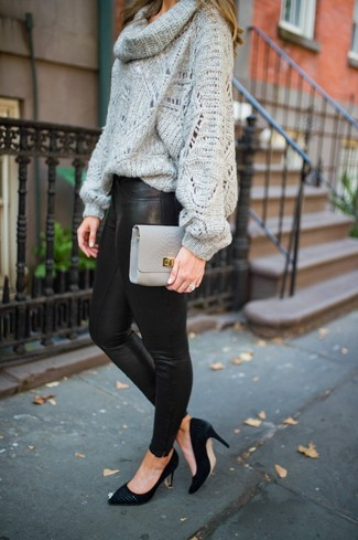 Wie kombinieren: grauer Pullover mit einer weiten Rollkragen, schwarze Lederleggings, schwarze Wildleder Pumps, graue Leder Clutch
