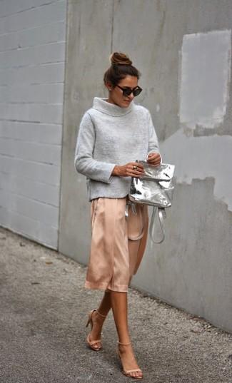 Rosa Midirock aus Seide kombinieren – 1 Damen Outfits: Wenn Sie ein lässiges Outfit erzeugen möchten, macht die Kombination aus einem grauen Pullover mit einer weiten Rollkragen und einem rosa Midirock aus Seide Sinn. Ergänzen Sie Ihr Look mit hellbeige Leder Sandaletten.