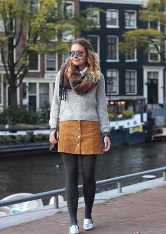 Wie kombinieren: grauer Pullover mit einer weiten Rollkragen, beige Wildlederrock mit knöpfen, silberne Leder Slipper, dunkelbraune Leder Umhängetasche