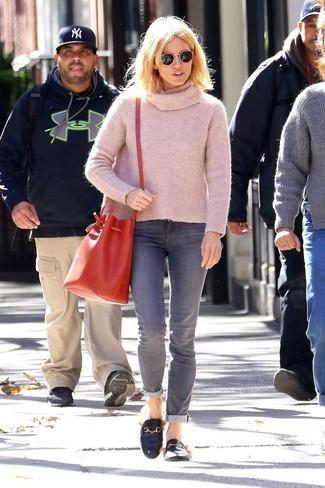 Wie kombinieren: rosa Pullover mit einer weiten Rollkragen, graue Jeans, schwarze Leder Slipper, rote Leder Beuteltasche