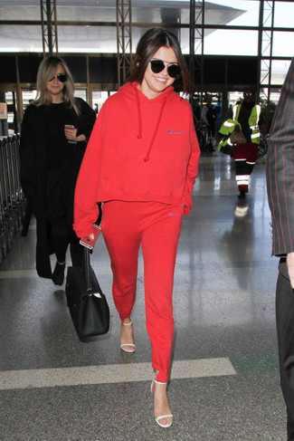 Roter Pullover Mit Kapuze, Rote Jogginghose, Weiße Leder Sandaletten, Schwarze Shopper Tasche aus Leder für Damen