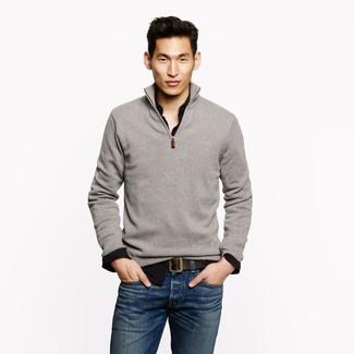 Grauer Pullover mit Reißverschluss am Kragen, Schwarzes Langarmhemd, Blaue Jeans, Dunkelbrauner Ledergürtel für Herren