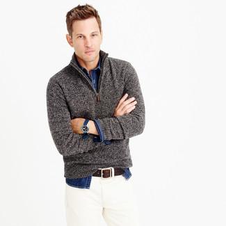 Grauer Pullover mit Reißverschluss am Kragen, Dunkelblaues Jeanshemd, Weiße Jeans, Dunkelbrauner Ledergürtel für Herren