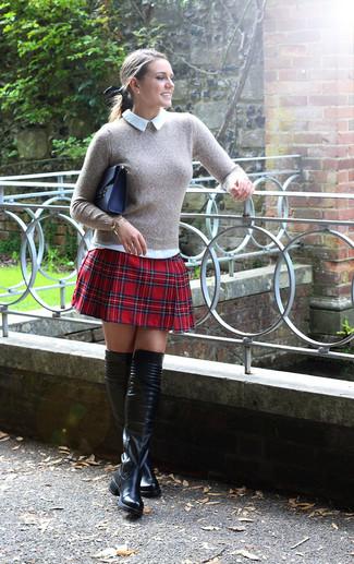 Grauer Pullover mit Rundhalsausschnitt, Weißes Businesshemd, Roter A-Linienrock mit Schottenmuster, Schwarze Overknee Stiefel aus Leder für Damen