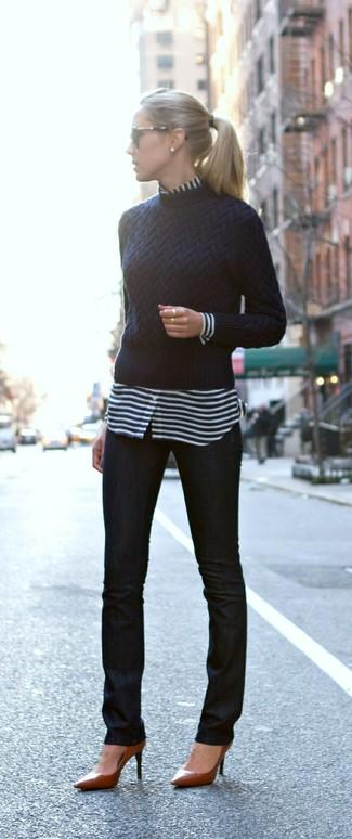 Diese Kombination aus einem dunkelblauen Pullover mit einem Rundhalsausschnitt und schwarzen engen Jeans fällt genau aus den richtigen Gründen auf. Setzen Sie bei den Schuhen auf die klassische Variante mit braunen Leder Pumps.