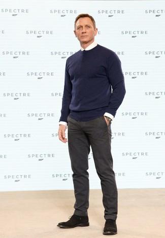 Daniel Craig trägt Dunkelblauer Pullover mit Rundhalsausschnitt, Weißes Businesshemd, Dunkelbraune Wollanzughose, Dunkelbraune Chukka-Stiefel aus Wildleder
