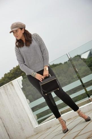 Tragen Sie einen grauen verzierten Pullover mit einem Rundhalsausschnitt und eine schwarze enge Hose für einen bequemen Alltags-Look. Dunkelgraue Leder Pumps putzen umgehend selbst den bequemsten Look heraus.